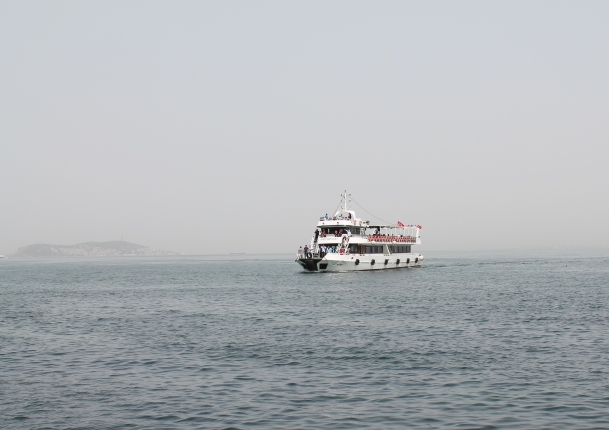 Our ferry to the little island. Ramai orang bersesak jugak masa nak naik ni.