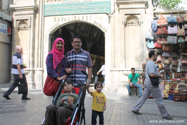 Us in front of the Grand Bazaar. Orang kedai tolong amikkan gambar ni. LEpas tu dia promote suruh masuk kedai dia kat tepi tu.