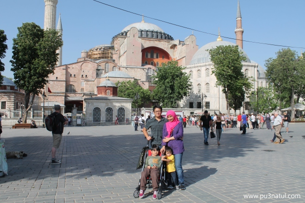 US in front of AyaSofya. Panas betul masa ni. See the dog on the left? Lepak-ing much? LOL!