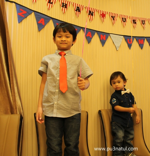 Surprisingly they didn't bother the tie and bow. Pakai dari mula sampai balik. Mama is impressed!