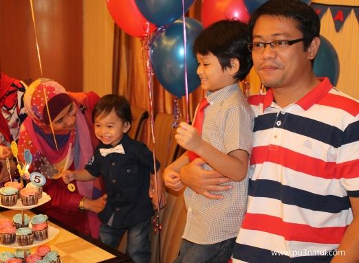 Cake cutting. See Z's expression! Dia tak sabar dah nak tiup lilin. Excited orang nyanyi kat dia and abang.