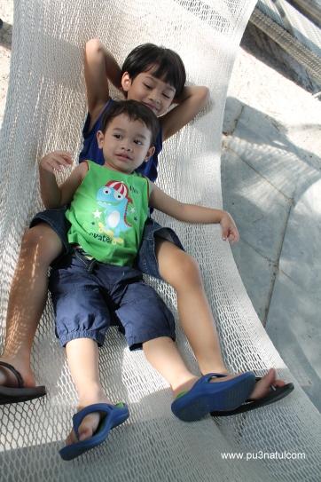 """Z gayat naik hammock  ni. Gee was teasing him dok hayun-hayun buai. """"akut mama akut (takut)""""."""