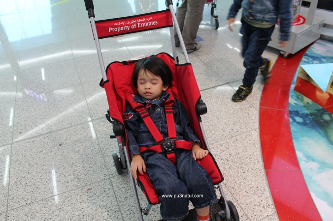 During transit, our luggage tak ikut sekali including our stroller. So Emirates kasi pinjam their McLaren. Merasa adik naik Mclaren ye. He was in UK time. Lena dibuai mimpi.